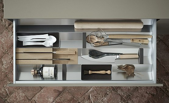 Drawer organization 3: knife block and rolling pin can be fitted perfectly into the prisms