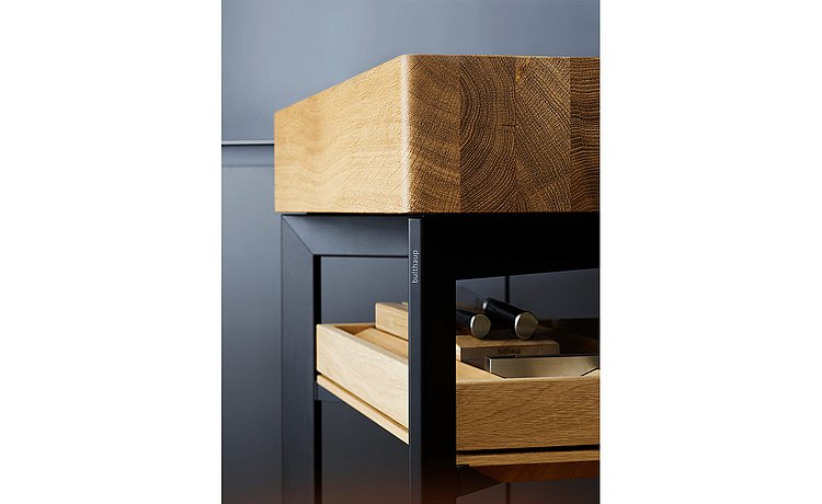 The 12 cm-thick wood top layer makes the b Solitaire oak a distinctive item