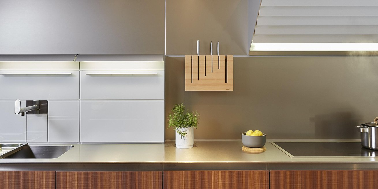 Detail of b3 kitchen featuring function boxes, functional wall with knife block and bulthaup extractor with aluminum slats.