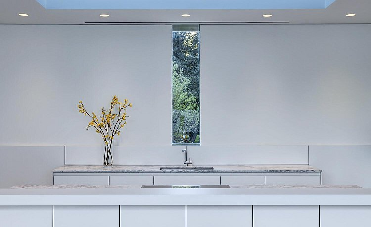 Alternative text: Kitchen in alpine white laminate and window with view of trees