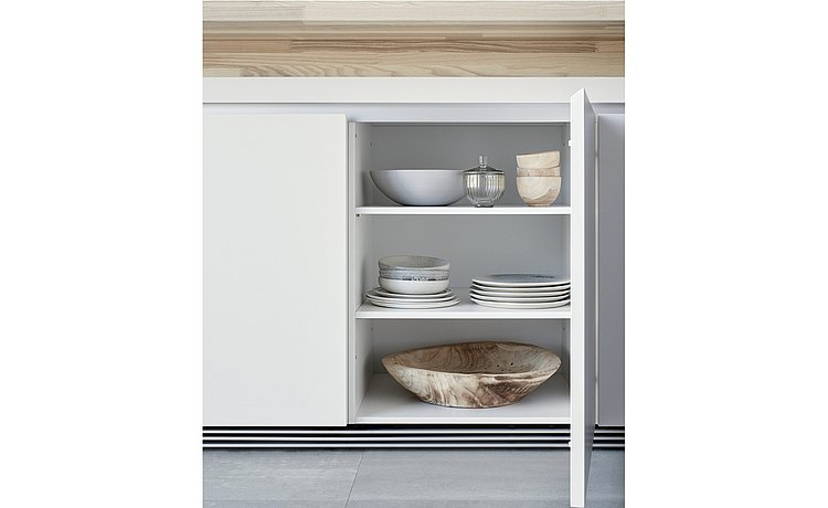 Modular shelves behind the front door panels as a tailor-made storage surface