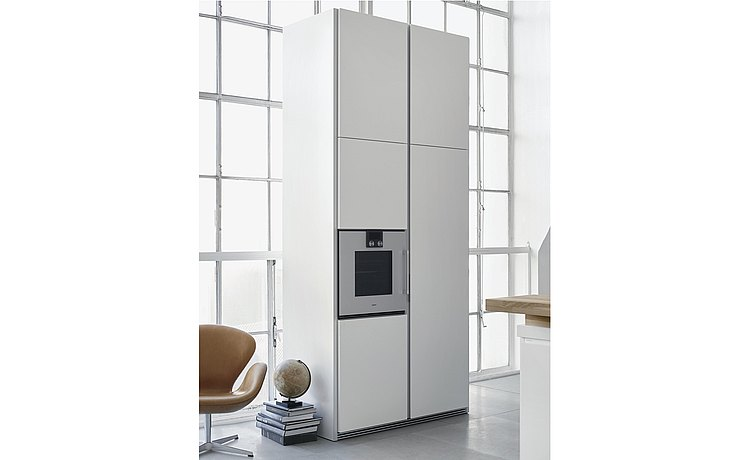 The tall cabinet makes full use of the room; built-in appliances can be integrated perfectly here.
