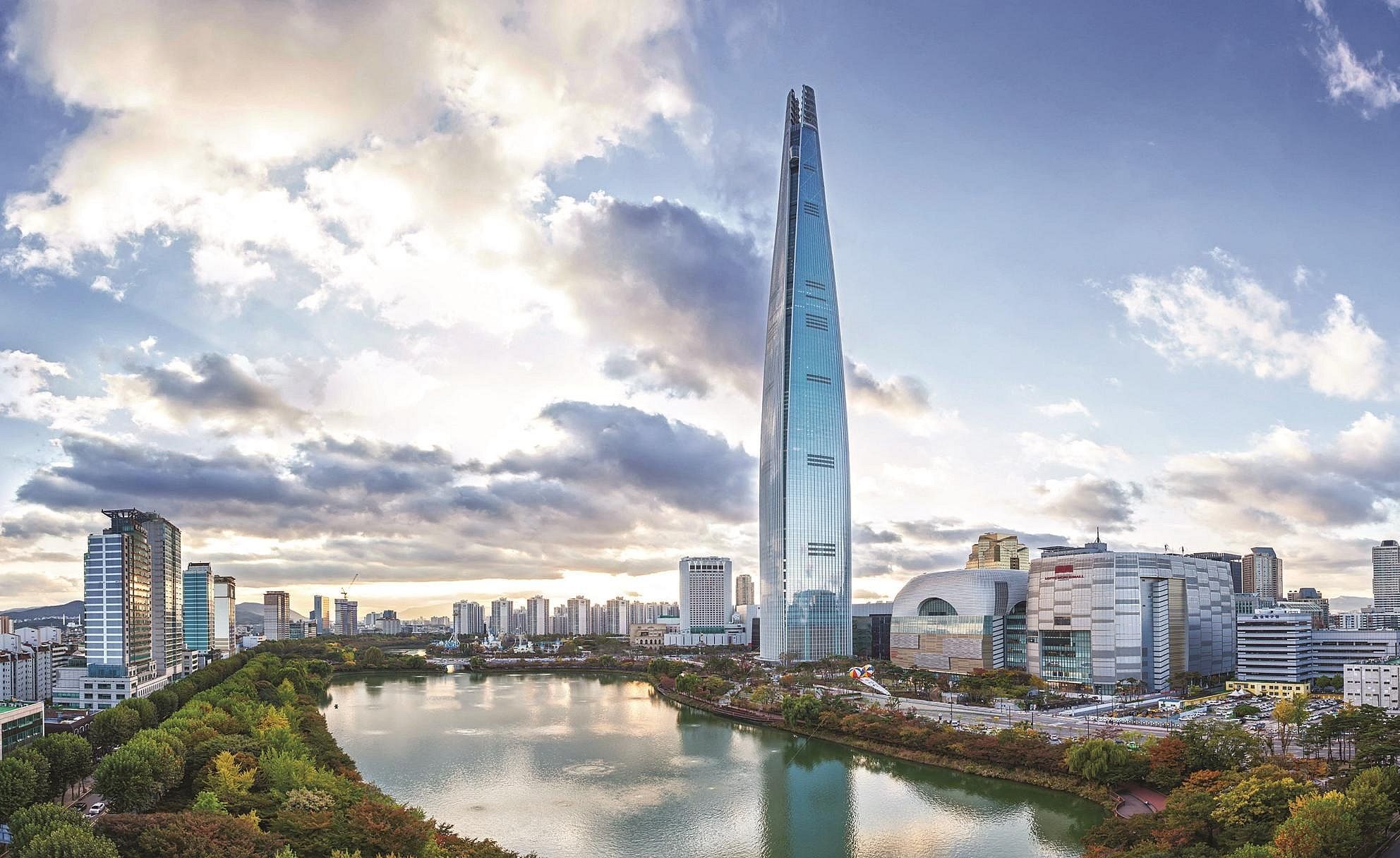 Exterior view: located along the riverside, the Lotte Tower soars like a spaceship up into the sky