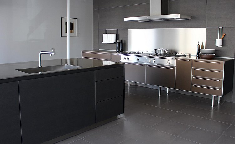 Expanded view to include island of bulthaup b3 kitchen in Aluminum Bronze and Oak Horizontal