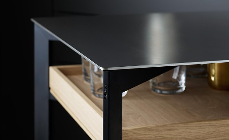 Elegant interplay of metals: stainless steel top on a black aluminum frame