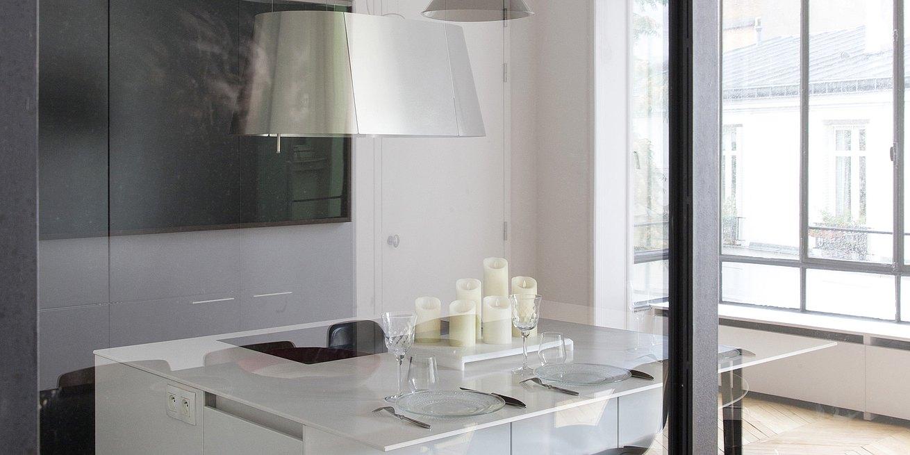 Une cuisine blanche toute en lumière et en transparence ...