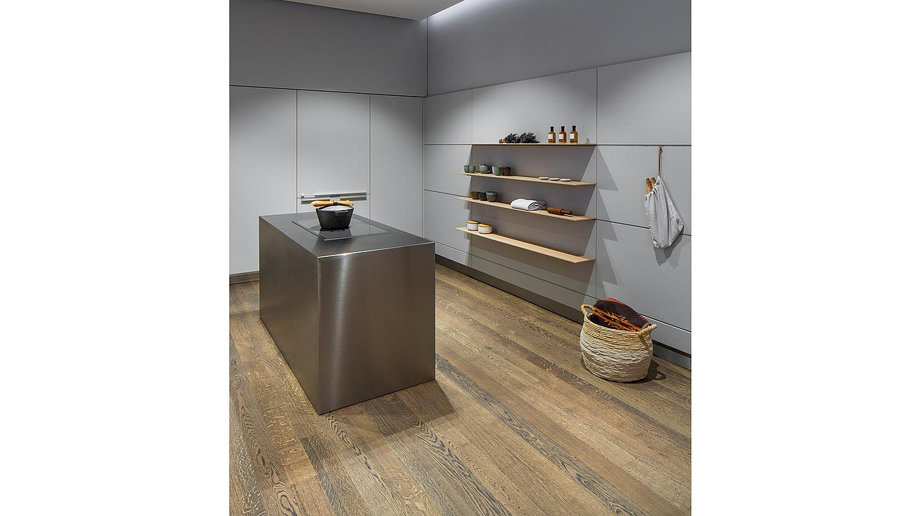 Monobloc in stainless steel in front of delicately thin oak shelves floating in bulthaup wall panels.