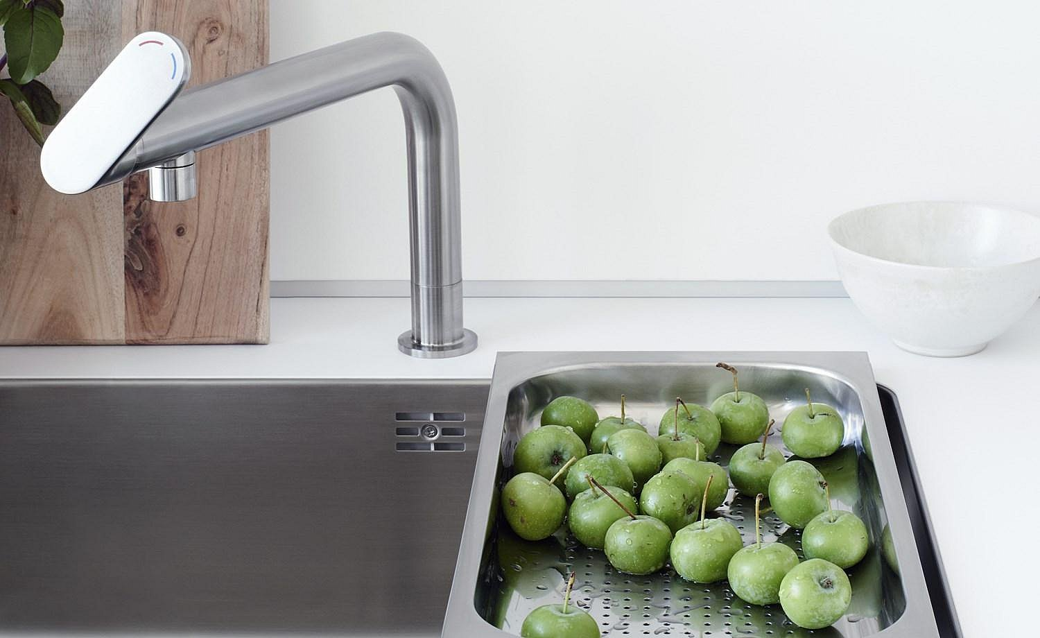 The swiveling and ergonomic faucet integrates perfectly into b1 due to its simplicity