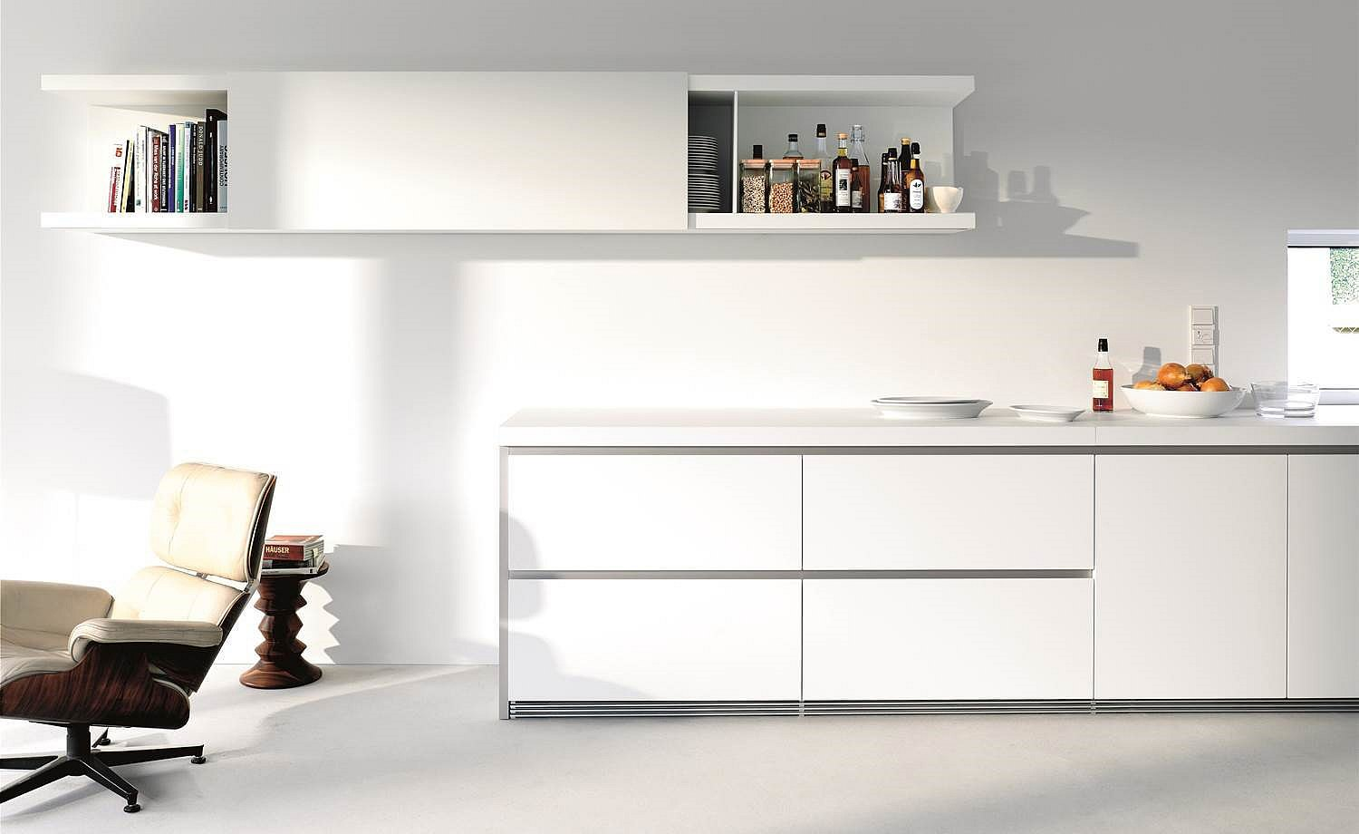 2008: Introduction of b1: Purism in white. Clear structures reduce the kitchen to the essentials