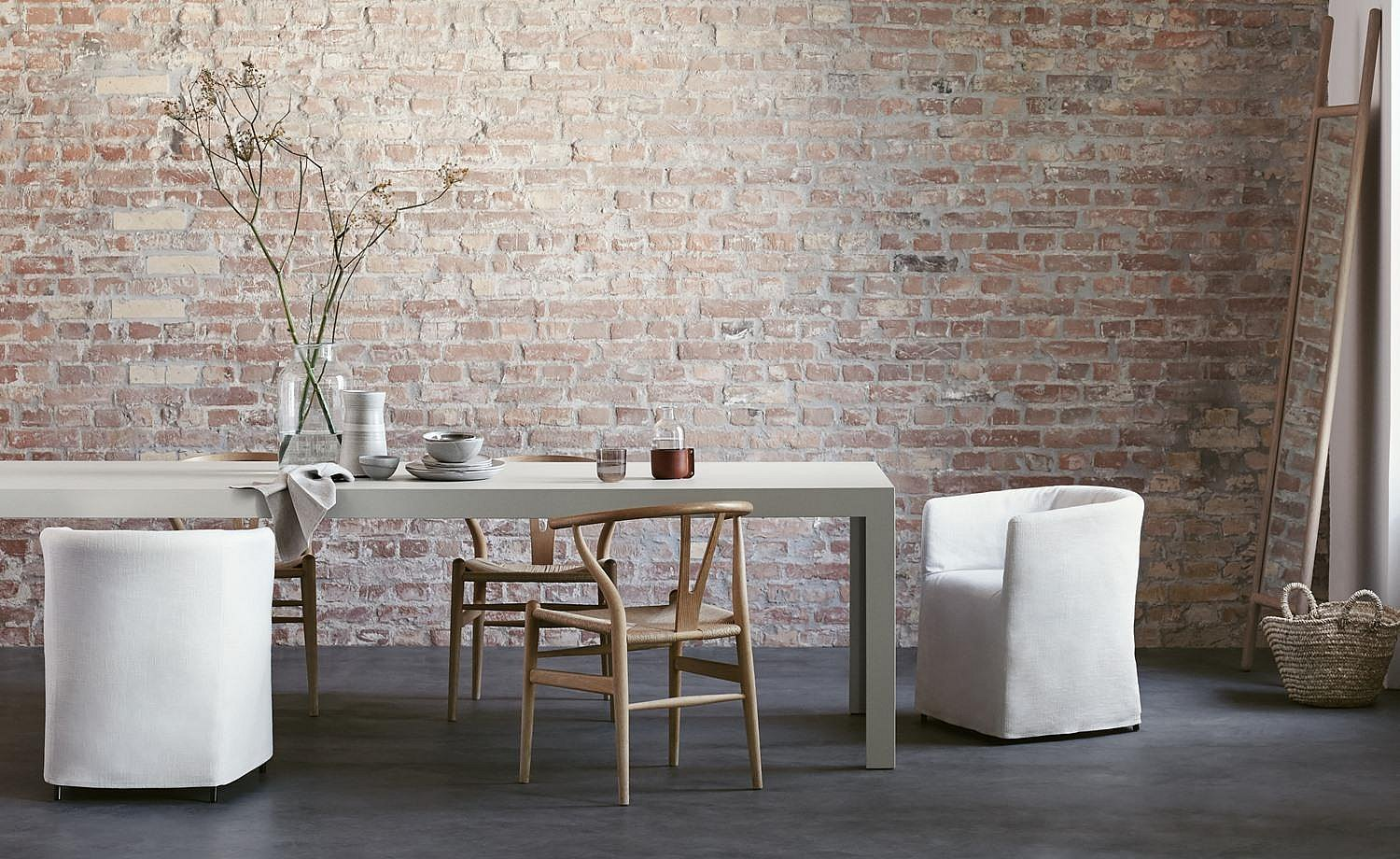 The solid dining table in white gives structure to the room