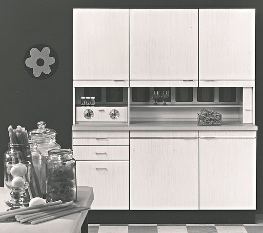 A revolution: the three-part kitchen unit with wall and base cabinets