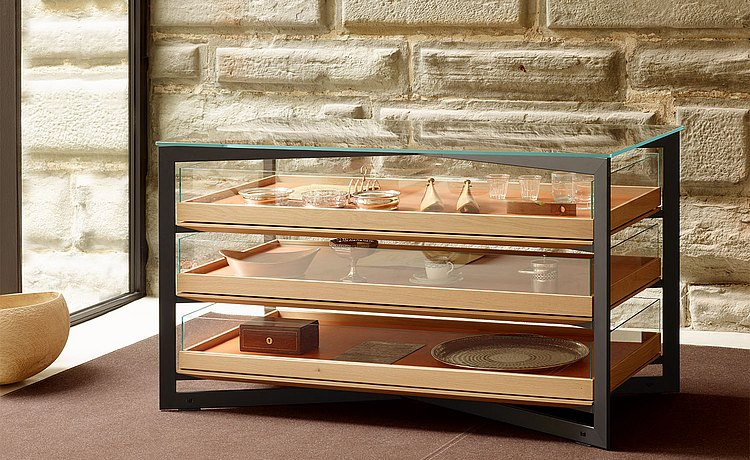 b Solitaire glass, 140 cm-long, freestanding in the room as a storage place for crockery and glassware