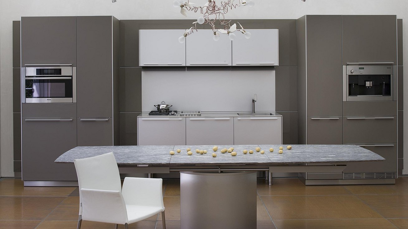 b3 kitchen in clay 2 and natural aluminum with a dining table and chair.
