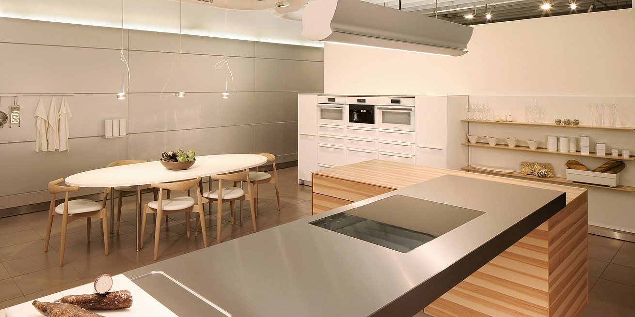 b3 kitchen in apple veneer & alpine white laminate, stainless steel counter top with Carl Hansen dining table and chairs.