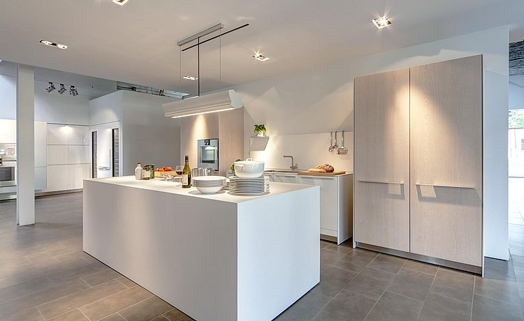 b3 kitchen in structured oak and alpine white laminate with monoblock island in alpine white laminate