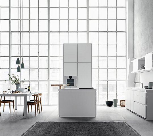 Purism in white. Clear structures of b1 reduce the kitchen to the essentials
